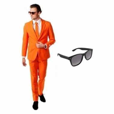 Carnavalspak oranje heren pak (m) gratis zonnebril